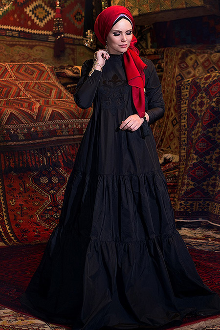 Siyah Elbise Üzerine Kırmızı Şal