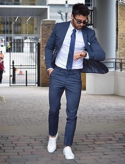 Erkek Mezuniyet Kombinleri : Takım Elbise Beyaz Gömlek ve Spor Ayakkabı