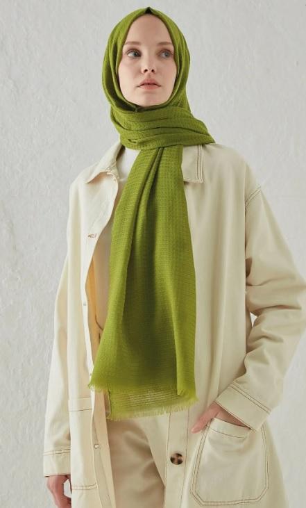 Esmerlere Hangi Renk Şal Yakışır : Açık Yeşil Kombin