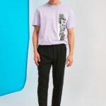 Siyah kumaş pantolon üzerine tişört