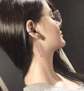 Boyuna yazı dövmeler