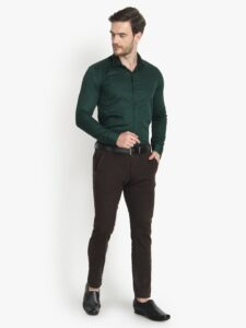 Yeşil gömlek altına hangi renk pantolon giyilir erkek
